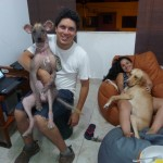 La famille de Couchsurfeurs de Chorillos dont un chien nu du Pérou
