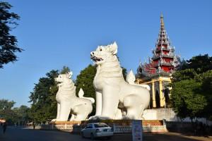 Mandalay - Entrée de la pagode