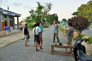 Nyaungshwe - Foot avec la police