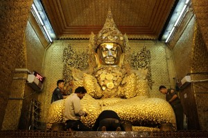 Madalay - Bouddha temple Mahamuni